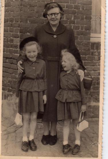 ma mère, ma soeur et moi enfants- je suis la plus petite