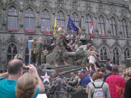 Mons (Belgique) défilé véhicules milit.
